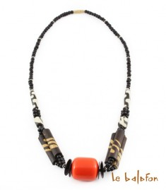 Collier en perles, résine et os de batik