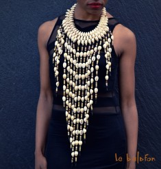 Collier plastron long à franges en cauris