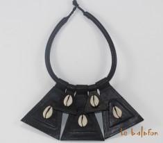 collier ethnique en cuir et cauris